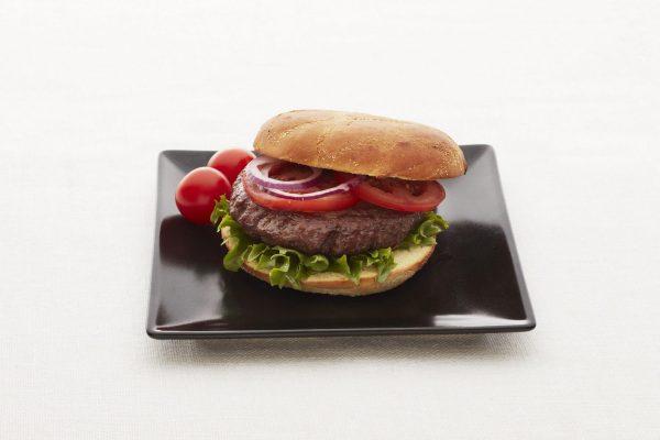 Hjemmelaget hamburger med salat og stekte poteter