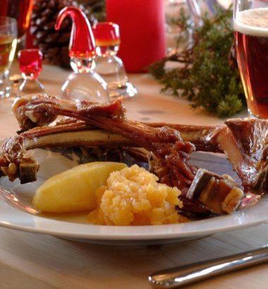 Juletallerken med medisterkake pinnekjøtt svineribbe , surkål og julesaus.