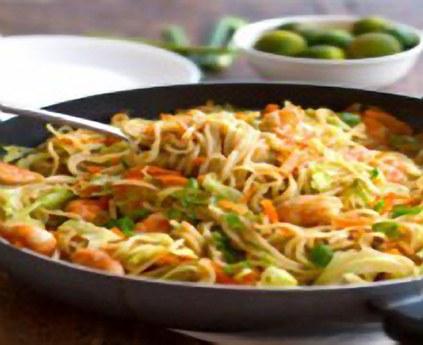 Stekte nudler med grønnsaker, svinekjøtt og reker