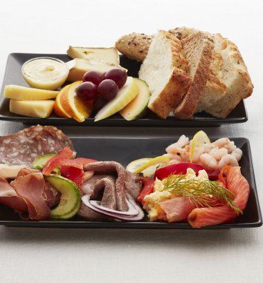 møtemat med brød og pålegg og valgfri drikke